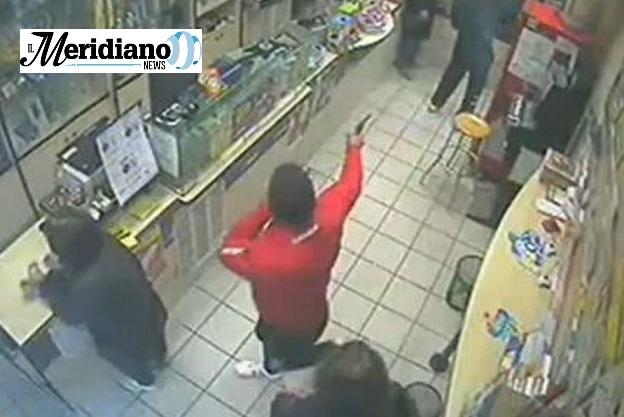 Napoli, rapina in tabaccheria con titolare in ostaggio: arrestati tre giovani